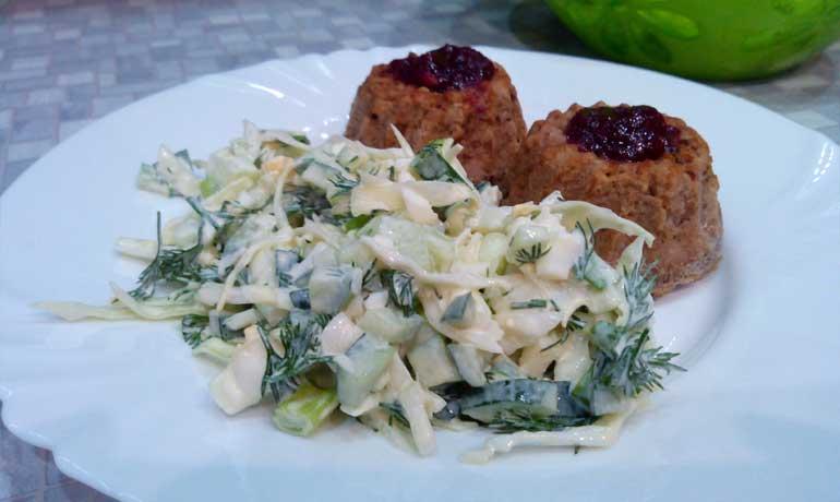 Салат из свежей капусты, огурцов и яиц